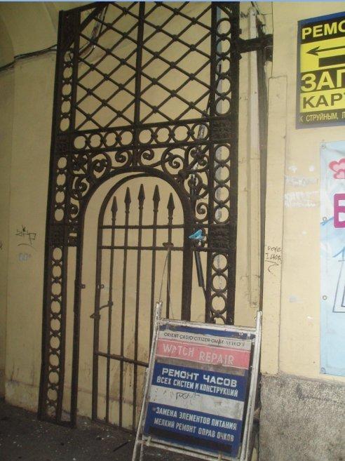 Этим  воротам повезло – хоть створка всего одна и побитая, за то находится на своем месте – вблизи Невского проспекта. «Любители старины на своем огороде» - пока,  не позарились!