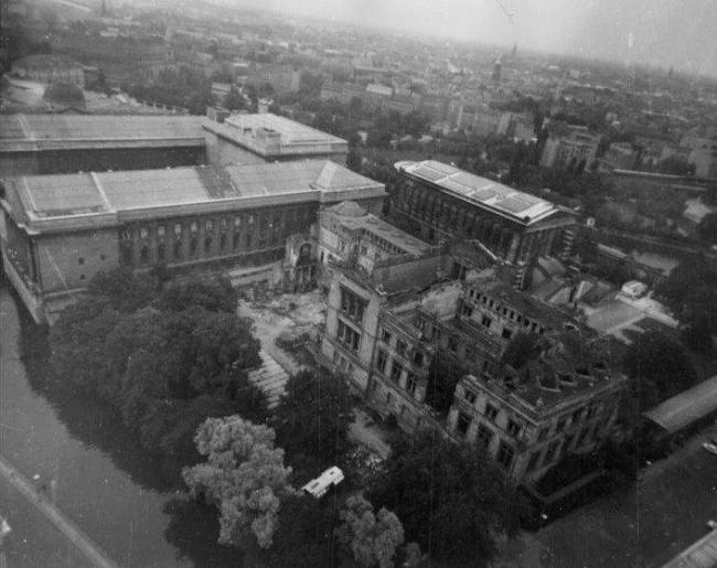 Новый музей. Западный фасад с обрушившимся крылом. Слева - Пергамский музей. Фото 1964 г.