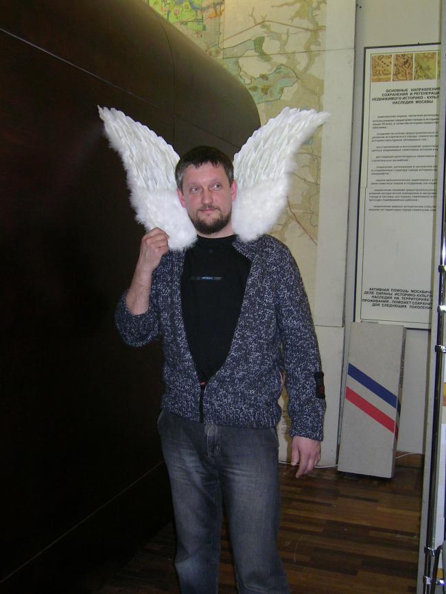 Фаворит фестиваля Василий Щетинин. О его нашумевший светильник-табурет крылья не опалить, но можно поранить.