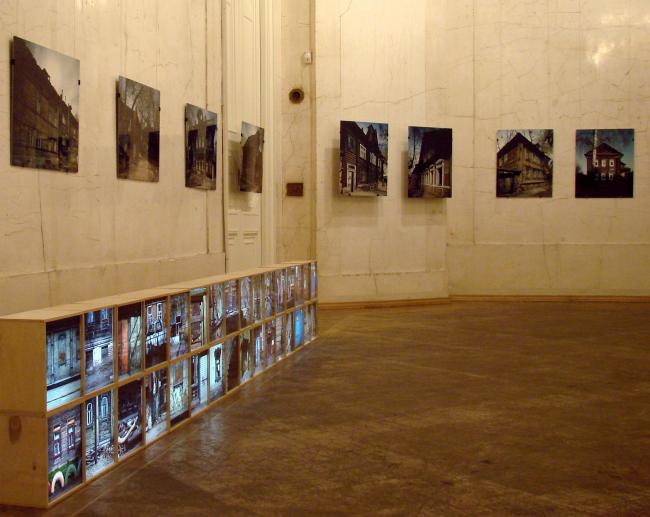 Зал с фотографиями и «лайтбоксами» Владислава Ефимова