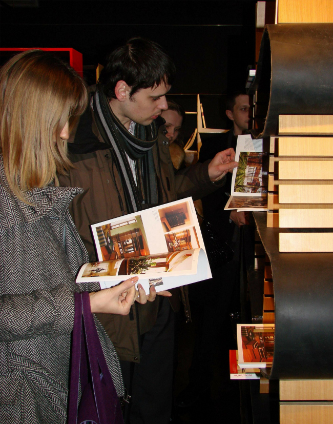 На открытии выставки этажерок