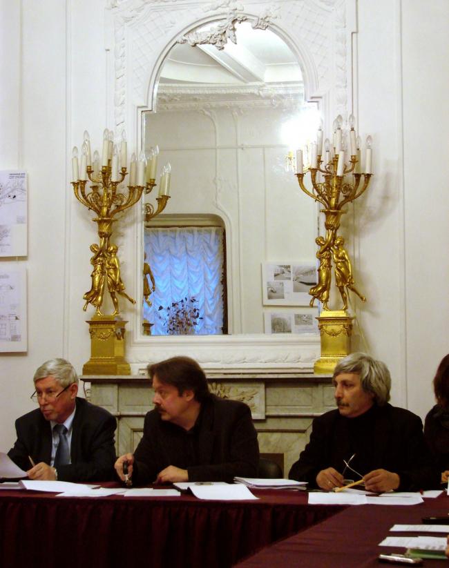 Ведущие круглого стола: Виктор Логвинов (СМА) и Дмитрий Александров (ГАРХИ). Справа - архитектор Михаил Хазанов