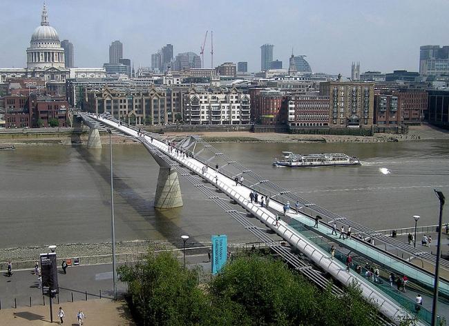 Мост Тысячелетия. Фото: Arpingstone via Wikimedia Commons. Фото находится в общественном доступе