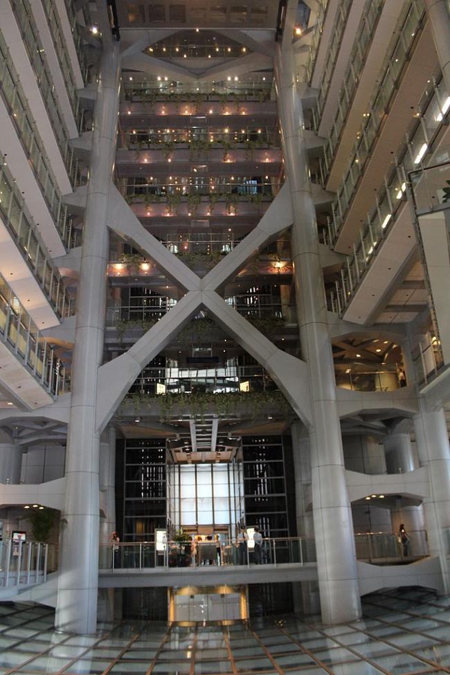 Штаб-квартира Банковской корпорации Гонконг-Шанхай (HSBC). Фото: Deror_avi via Wikimedia Commons. Лицензия GNU Free Documentation License, Version 1.2