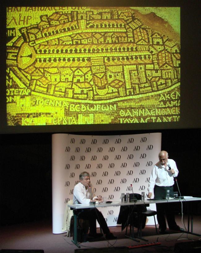 Моше Сафди показывает средневековое изображение Иерусалима, cargo maximus (главная улица) которого стала основой для градостроительного решения проекта Сафди в Сингапуре