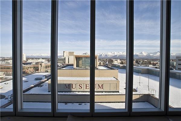 Музей Анкориджа в Центре Расмусона. Вид из нового корпуса на старое здание © Larry Harris/Chris Arend Photography