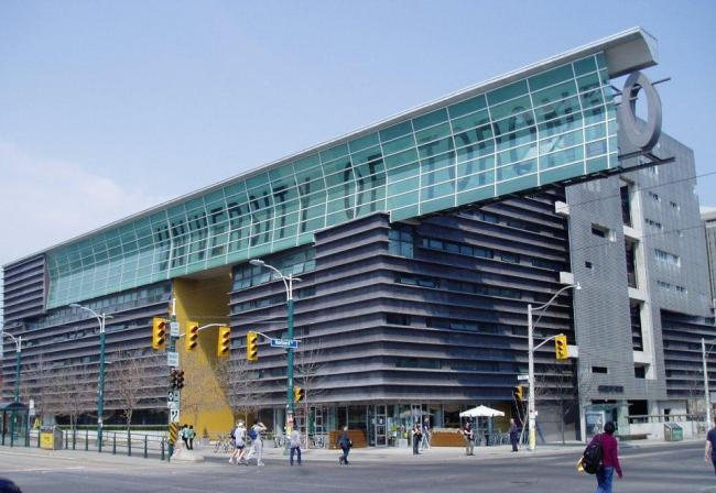 Аспирантский корпус Университета Торонто. Фото: SimonP via Wikimedia Commons. Лицензия CC BY-SA 3.0