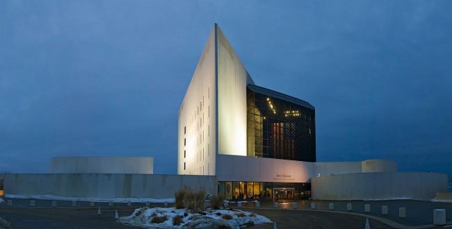 Библиотека Джона Ф. Кеннеди. Фото: Fcb981 via Wikimedia Commons. Лицензия CC BY-SA 3.0