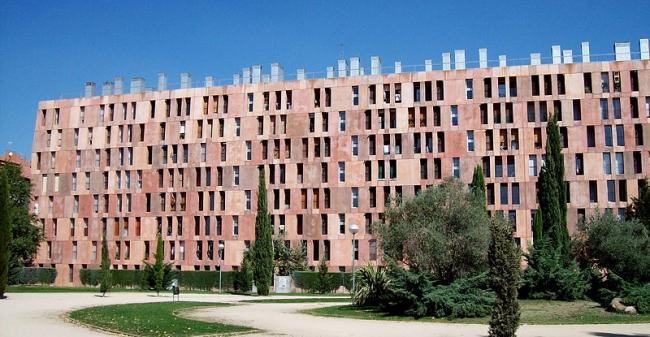 Комплекс социального жилья «Виллаверде» в Мадриде. Фото: Luis García via Wikimedia Commons. Лицензия  GNU Free Documentation License, Version 1.2