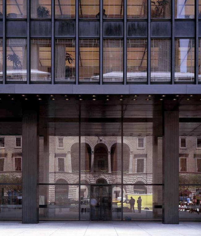 Сигрэм-Билдинг, Нью-Йорк (1954-58). арх. Мис ван дер Роэ и Филип Джонсон. Главный фасад со стороны Парк авеню. Фото © Richard Pare