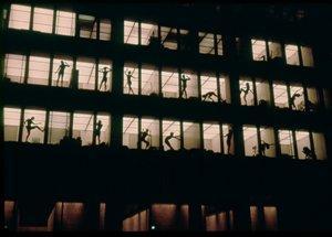 Сигрэм-Билдинг, Нью-Йорк (1954-58). арх. Мис ван дер Роэ и Филип Джонсон. Танцевальная группа Celebration Group, хореограф Marilyn Wood, сентябрь 1972. Неизвестный фотограф, Коллекция Канадского центра архитектуры, Монреаль