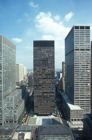 Сигрэм-Билдинг, Нью-Йорк (1954-58). арх. Мис ван дер Роэ и Филип Джонсон. Неизвестный фотограф, Коллекция Канадского центра архитектуры, Монреаль