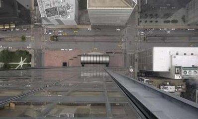 Стеклянные балконы The Ledge. Вид сквозь пол. Фото © AP