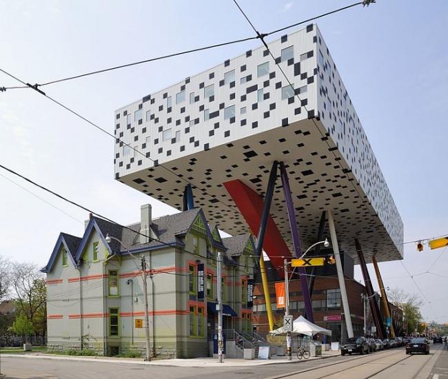 Центр дизайна Шарпа Колледжа искусств и дизайна Онтарио. Фото: Taxiarchos228 via Wikimedia Commons. Лицензия GNU Free Documentation License, Version 1.2