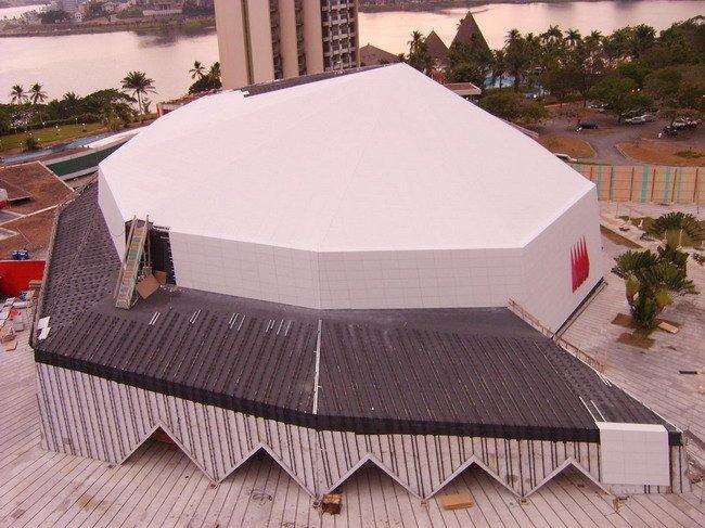 В процессе работы: наружная облицовка из DuPont™ Corian<sup>®</sup> для Дворца конгрессов (Абиджан)