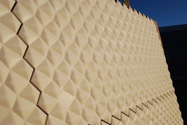 Вид крупным планом инновационных панелей из DuPont™ Corian<sup>®</sup>, использованные для наружной облицовки Дворца конгрессов в Абиджане (Кот-д'Ивуар)