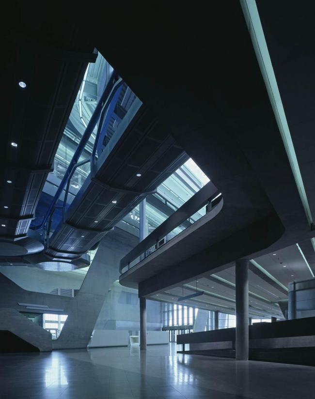 Центральное здание завода BMW. Фото © Helene Binet