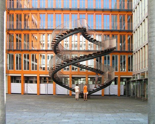 Олафур Элиассон. Объект «Переписывание во дворе комплекса зданий KPMG, Мюнхен, 2004. Фото: Надежда Щема