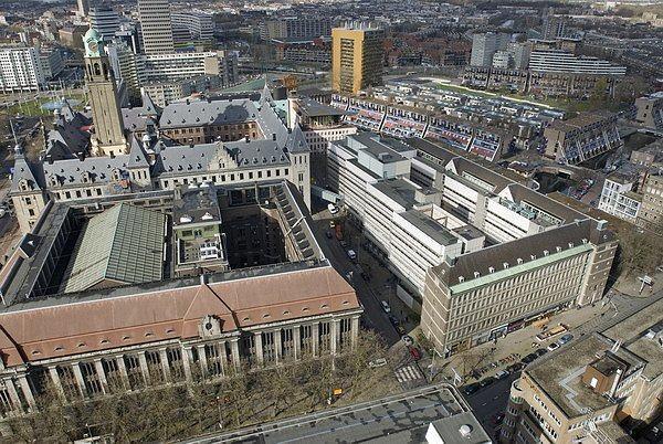 Вид перестраемого корпуса (справа) и главного здания ратуши (слева в глубине)