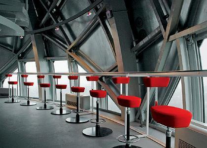 Барные стулья Nelson Perch работы Джорджа Нельсона 1964 года в верхней сфере
