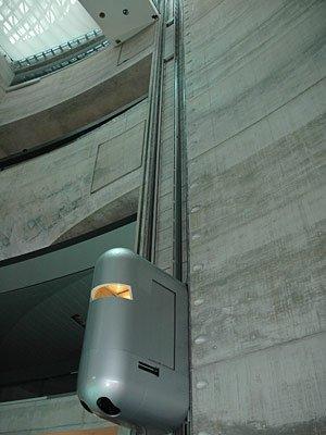 Музей «Мерседес-Бенц». Атриум и лифт