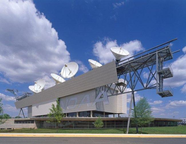 Центр управления полётами спутников NOAA. Фото © Roland Halbe