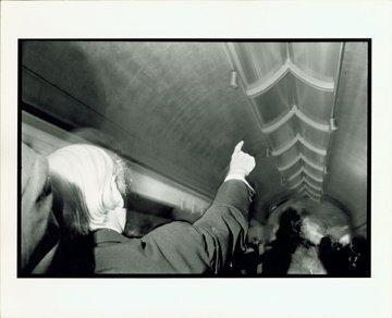 """Художественный музей Кимбелл, Форт-Уорт, Техас, Строительство 1969-72 гг. Луис Кан (1901-1974 гг.) указывает на свой """"натуральный светильник"""" в западном холле Музея, октябрь 1972 г. Photo © Robert Shaw"""