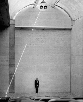 Художественный музей Кимбелл, Форт-Уорт, Техас, Строительство 1969-72 гг. Луис Кан (1901-1974 гг.) стоит у северной стены Музея на сцене лекционного зала, перед тем, как передать свое детище в руки Художественного фонда Кимбелл, 3 августа, 1972 г.  Позднее, разрезающий зал надвое, луч света был заблокирован, а свет, проникающий сквозь циклоидную арку был ослаблен специальным красным стеклом  Photo © Robert Wharton, Kimbell Art Museum, Fort Worth