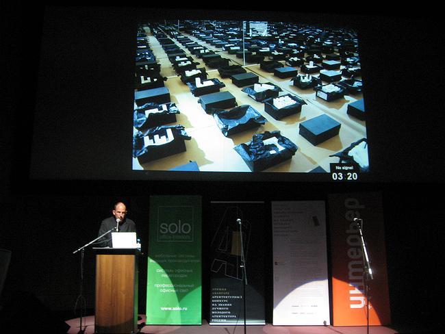 Барт Голдхоорн рассказывает о проекте для Роттердамской биеннале. Фото: Наталья Коряковская
