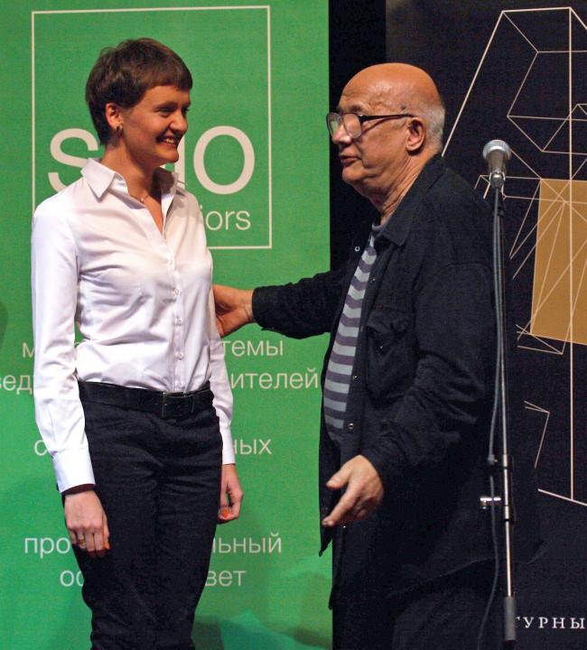 Доктор архитектуры Андрей Гозак поздравляет и вручает Диплом финалиста Наталье Зайченко. Фото: Андрей Ягубский