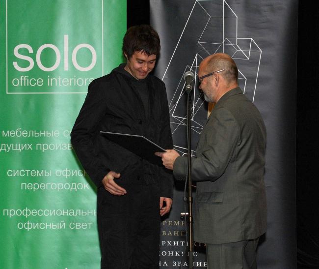 Профессор МАрхИ Оскар Мамлеев вручает Диплом финалиста Федору Дубинникову. Фото: Андрей Ягубский