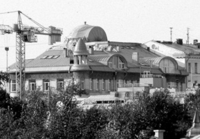 Надстройка на памятнике архитектуры федерального значения - доходном доме Шамшина на углу Знаменки и Староваганьковского переулка
