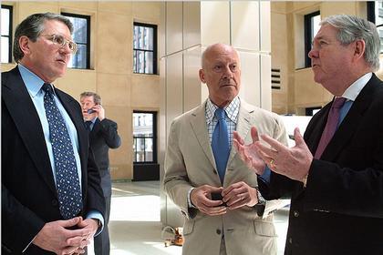 Норман Фостер с руководством Hearst Corporation в вестибюле «Херст Тауэр»