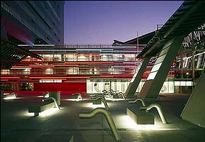Штаб-квартира департамента Транспорта Калифорнии. Вдохновением для создания яркого образа проекта служили габаритные огни на ночной автостраде
