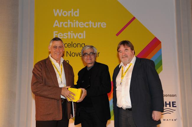 Рафаэль Виньоли (в центре) и Пол Финч (справа) вручают приз автору «Лучшего здания мира», архитектору Питеру Ричу, бюро  Peter Rich Architects (Южная Африка)