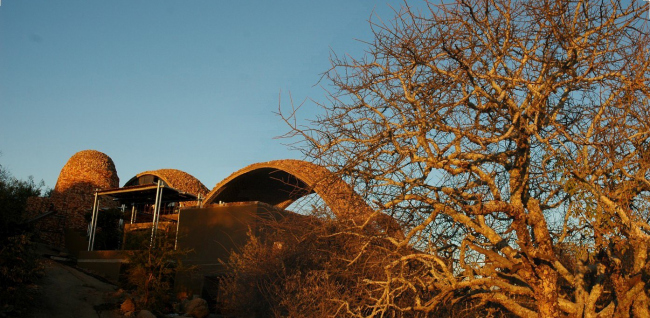 Вид на Mapungubwe Interpretation Center (Южная Африка) на закате. Проект Peter Rich Architects