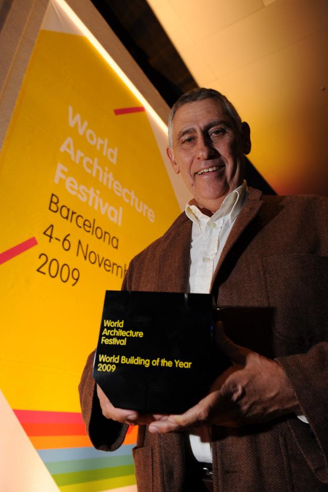 Южноафриканский архитектор Питер Рич (бюро Peter Rich Architects) с призом за «Лучшее здание мира» 2009 – Mapungubwe Interpretation Center