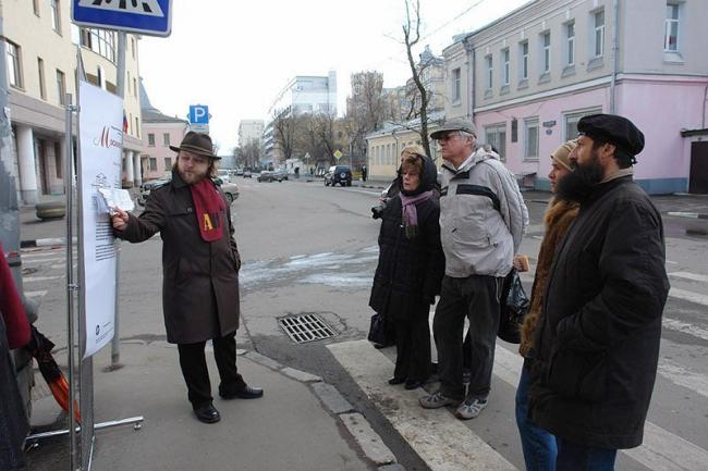 "18 апреля 2009, улица Бахрушина: выставка-экскурсия ""Московские истории"". Фото с сайта «Архнадзор»."