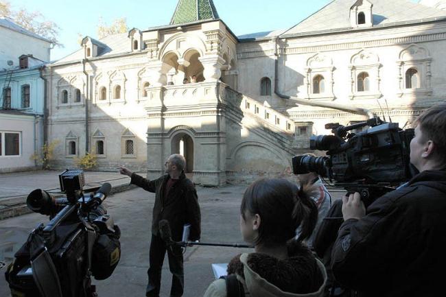 16 октября 2009, Никольская улица: наш День Первопечатника, экскурсия для прессы. Фото с сайта «Архнадзор».