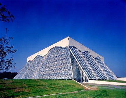 Культурный и спортивный центр Mycal в Санде, префектура Хиого, Япония © Emilio Ambasz