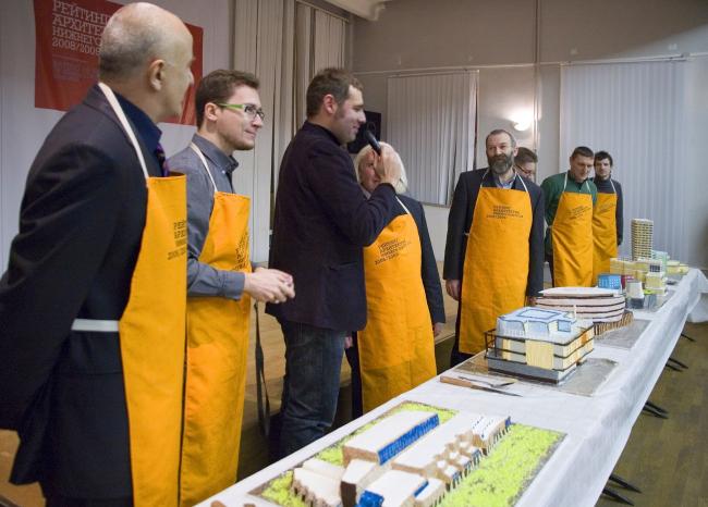 Перед тем, разделить победные торты, архитекторы получили возможность сказать несколько слов в их защиту. Интервью у лауреатов берет Александр Змеул (Агентство P-Arch)