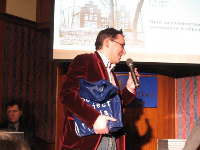 Диплом вручает главный редактор «Проект Россия» Алексей Муратов