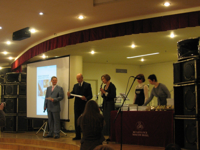 Награду вручают президенту САР Андрею Бокову. Фото Натальи Коряковской.