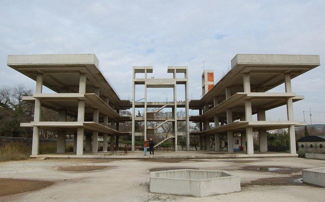 Штаб-квартира компаний Vakko и Power Media. Недостроенный отель - основа постройки. Фото © REX
