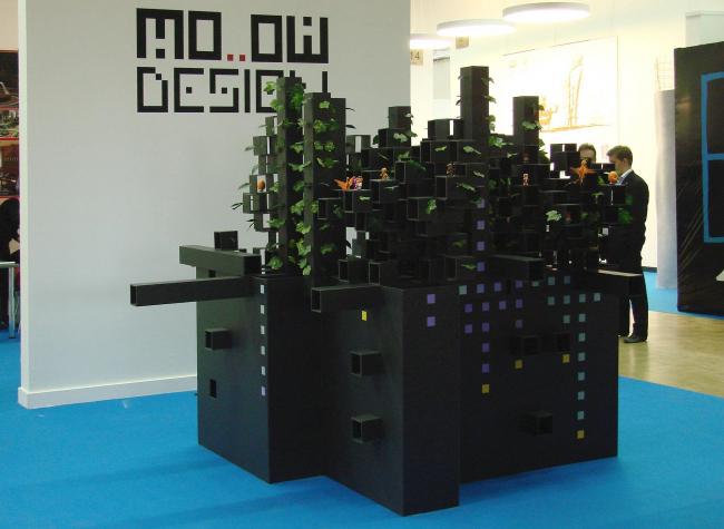 Ну, а после разглядывания пермских макетов мы попадаем в главный второго этажа. Пареляция здесь как и всегда - при входе архитектурные бюро, слева коммерческие стенды. Вторых больше, потому что первых меньше. Прямо перед входом увитый пластиковым плющом черный ящик. MO..OW Design.