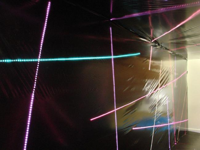 В черный ящик Айзенмана можно зайти – внутри святятся разноцветные линии, на стенах, на потолке и на полу. А дизайн его делали Никита Токарев и Арсений Леонович (PANACOM), верные и преданные участники некоммерческой части Арх Москвы, которые из года в год устраивают на выставке что-нибудь эдакое (вспомнить хотя бы множество разнообразных проектов, сделанных ими для «Триумфальной марки»). Но в этом году их авторство, к сожалению, не слишком очевидно указано при «черном ящике» звезды.