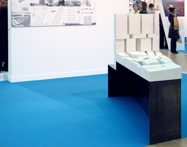 Рядом стенд Цимайло, Ляшенко & Партнеры, объект набран из белых кирпичей, похожих на те, из которых состоят подставки всех макетов в части биеннале. Но лаконичен.
