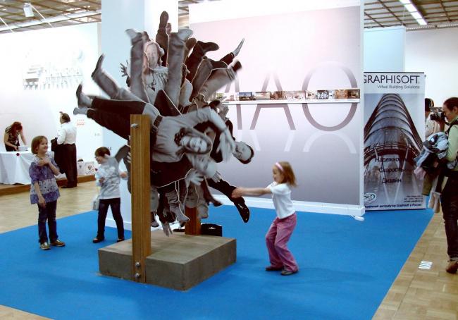 Посередине стенд Московского архитектурного общества (МАО). По площади значительно меньше, в прошлом году они арендовали пугающе гигантское пространство. Но зато в центре и можно покрутить архитекторов. Дети в восторге.