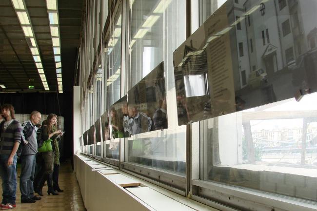 Выставка «Бремя перемен», весной показанная в Музее архитектуры. Пары было-стало, подобранные активистами движения Архнадзор. Любопытно, что два года назад биеннале сотрудничала с Москомархитектурой, а теперь – с Архнадзором.  Тем временем, на протяжении всей Арх Москвы, в Кадашах продолжался беспередел: девелопер «Пяти столиц», которому сильно урезали квадратные метры, торопился разрушить историческую застройку, чтобы хоть ее не обязали его сохранять. Инвестор заслал в Кадаши рабочих с отбойными молотками (а позднее экскаватор), люди дежурили сутками, мешая разрушению. Прокуратура тянула с ответом Архнадзору… все как всегда.