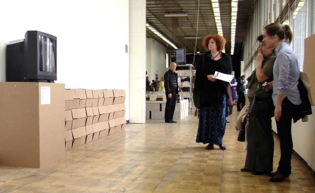 Картонные коробки и старый телевизор показывают нам при входе (или выходе) в зал номер 12 разные стадии дня современного человека: офис, фитнес, метро и проч.